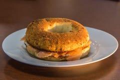 Ongezuurd broodje met zalm en kaas Royalty-vrije Stock Fotografie