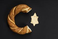 Ongezuurd broodje op zwarte achtergrond royalty-vrije stock fotografie