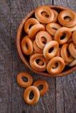 Ongezuurde broodjes in een houten kom Stock Fotografie