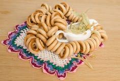 Ongezuurde broodjes en linde Stock Foto's