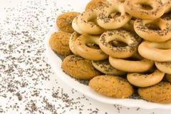 Ongezuurde broodjes met papaverzaden en gebakje aan thee Royalty-vrije Stock Fotografie