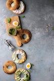 Ongezuurde broodjes met roomkaas stock afbeeldingen