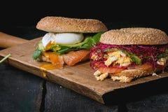 Ongezuurde broodjes met zalm en ei royalty-vrije stock afbeelding