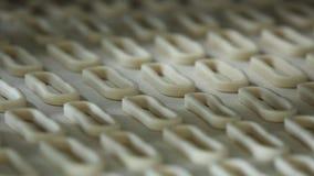 Ongezuurde broodjes op de transportbandclose-up stock footage