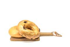Ongezuurde broodjes op een houten plaat, Stock Foto's