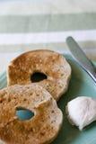 Ongezuurde broodjes op plaat stock afbeeldingen
