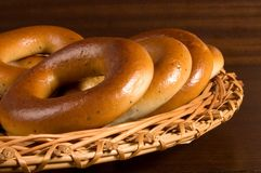 Ongezuurde broodjes op rieten plaat Stock Afbeelding
