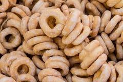 Ongezuurde broodjes in suikerglazuur-suiker op de teller Stock Fotografie
