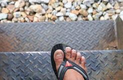 ongle de pied cassé par gros orteil invétéré de clou sur le vieux chemin en acier d'escalier  Photographie stock libre de droits