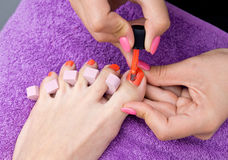 Ongle de pied de femme polissant dans le salon photographie stock libre de droits