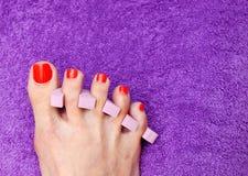 Ongle de pied de femme polissant dans le salon photo stock