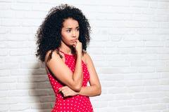 Ongles ac?r?s inqui?t?s de jeune femme d'Afro-am?ricain pour l'inqui?tude de tristesse image stock