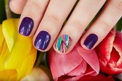 Ongles avec de belles fleurs de manucure et de tulipe Images libres de droits