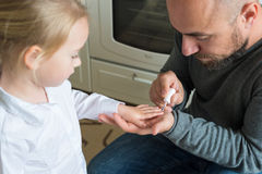 Ongles de doigt de filles de peinture de père Image stock