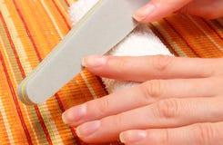 Ongles de polissage de femme, manucure photo stock