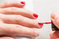 Ongles de polissage de main femelle de vue supérieure image libre de droits