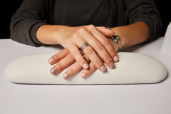 Ongles manicured peints colorés de femme Photos stock