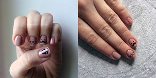 Ongles manucurés couverts de vernis à ongles rose photos libres de droits