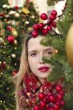 Ongles multicolores à la mode et maquillage de short de manucure photographie stock libre de droits