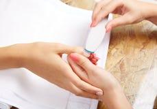 Ongles polonais de femme de papier sablé d'émeris Photo stock