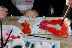 Onhandige het schilderen Paashaas door jonge geitjes Stock Afbeelding