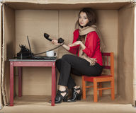 Onhandige secretaresse die in het bureau werken stock foto's