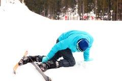 Onhandige skiër op helling bij toevlucht stock afbeelding