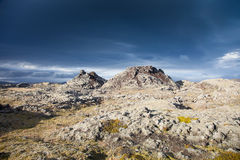 Onheilspellende hemel over een onmogelijk landschap in IJsland Stock Afbeeldingen