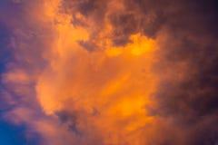 Onheilspellende hemelspelen met wolken en licht Royalty-vrije Stock Afbeelding