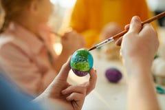Onherkenbaar Kind die Paaseieren schilderen royalty-vrije stock foto
