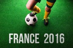 Onherkenbaar weinig voetbalster tegen groen gras, studi Stock Afbeelding