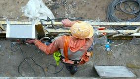 Onherkenbare arbeider in een opgeschorte steiger royalty-vrije stock foto