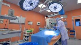 Onherkenbare artsen die medische procedures aangaande een baby in het ziekenhuis uitvoeren 4K stock video