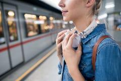 Onherkenbare jonge vrouw bij het ondergrondse platform, het wachten stock fotografie