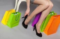 Onherkenbare jonge vrouw die op nieuwe zwarte schoenen proberen Royalty-vrije Stock Foto's