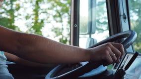 Onherkenbare mens die zijn handen op stuurwiel houden en auto drijven bij landweg op warme de zomerdag Vrachtwagenchauffeur stock footage