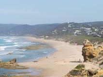 Onherkenbare mensen op de Australische kust stock afbeeldingen