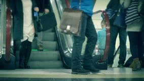 Onherkenbare mensen op roltrap van een metro post, langzaam motieschot stock video