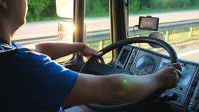 Onherkenbare mensenzitting achter wiel van zijn vrachtwagen en het drijven door platteland Bestuurder die zijn handen op groot ho stock footage