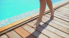 Onherkenbare mooie jonge vrouw in de zomer Het gelukkige sexy de vrouw van de luxereis ontspannen, die door de pool, close-up lop stock video