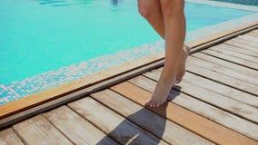 Onherkenbare mooie jonge vrouw in de zomer Het gelukkige sexy de vrouw van de luxereis ontspannen, die door de pool, close-up lop stock footage
