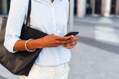 Onherkenbare onderneemster die mobiele telefoon houden stock foto's