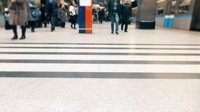Onherkenbare passagiers op de post van moderne metro 4K video stock footage