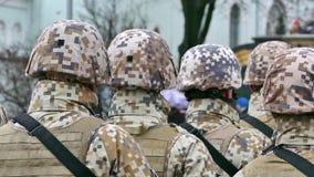 Onherkenbare vorming van militairen van rug stock videobeelden