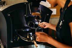 Onherkenbare vrouw die een het roosteren koffieproces controleren royalty-vrije stock afbeelding