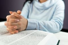 Onherkenbare vrouw die groot boek lezen - Heilige Bijbel en het bidden Christelijke het bestuderen scripture Student in de univer stock afbeelding