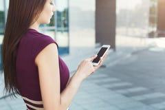 Onherkenbare vrouw met smartphoneclose-up Royalty-vrije Stock Fotografie