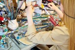 Onherkenbare Vrouwelijke Kunstenaar Melting Glass royalty-vrije stock foto's