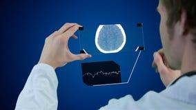 Onherkenbare wetenschapper, artsenhanden die futuristische touchscreen technologie gebruiken, die röntgenstraal tonen grafische m stock video