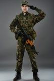 Żołnierz w mundurze z maszynowym pistoletem Zdjęcia Royalty Free